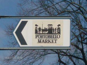 Il cartello che porta al mercatino di Portobello Road