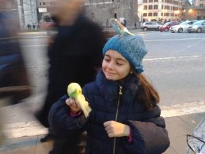 Maria viene fermata da un tizio e le vengono buttati in testa degli uccellini, probabilmente sperava in qualche spicciolo, peccato per lui, a fine giornata oramai ci avevano sbancato :P